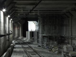 連絡線取り付け部分のアップ。手前の足場は切り目を入れた天井を支えるために仮設されたもの。