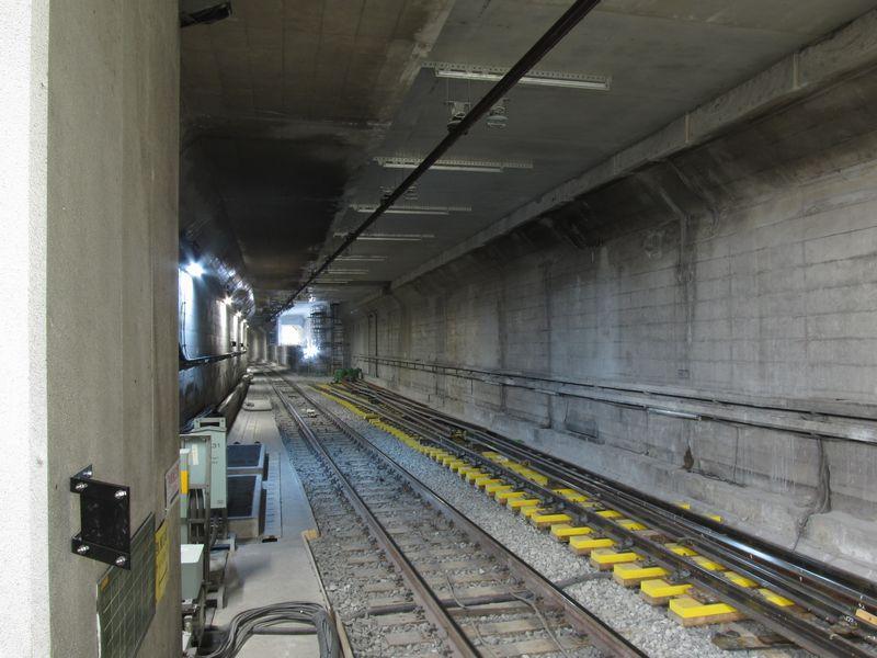 10月6日に撮影した千川駅側の連絡線取り付け部分。壁・天井の撤去が完了し、連絡線用の分岐器が搬入された。