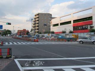 千川駅地上の状況。引き続き作業帯が設置されているが、住宅街側にあった防音壁の一部は撤去された。