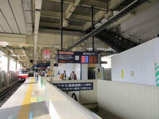 京急蒲田駅の高架上り線ホーム。一部未設置だった上階の下り線ホームへ向かうエスカレータの設置が始まった。