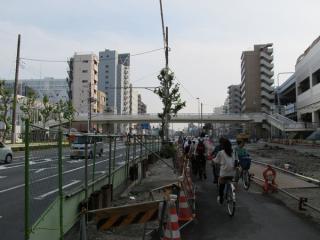 第一京浜をまたぐ新しい歩道橋。手前にある砂利の部分が旧歩道橋の跡。