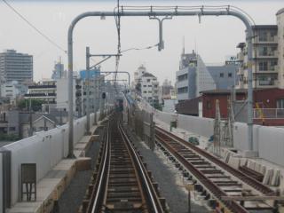 京急蒲田~雑色間の下り線敷設状況。軌道敷設がほぼ完了し、信号・電気設備の工事に移っている。