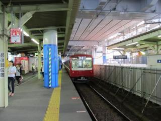 雑色駅地上の下り線ホーム。以前と比べ大きな変化は無い。