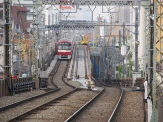 六郷土手駅のホームから見た高架・地上の接続部分。下り線の軌道敷設が始まっている。