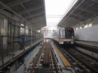 糀谷駅高架ホームから羽田空港方向を見る。下り線の軌道敷設が進む。
