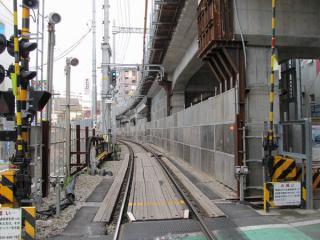 糀谷駅羽田空港方の踏切から地上へ降りる高架橋を見る。