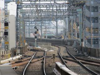 平和島駅のホームから見た高架・地上接続部分。