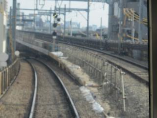 下り列車から見た接続部分。高架橋が以前と比べ拡幅されている。