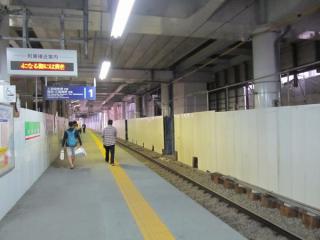 大森町駅地上の下り線ホーム。エレベータシャフトなどの設置が進んでいる。