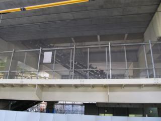 中2階部分はエスカレータの設置工事が開始された。