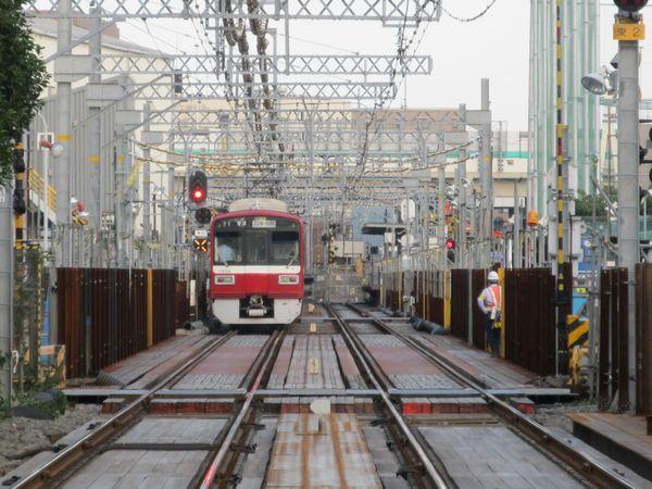 東門前駅前の踏切から産業道路駅方向を見る。