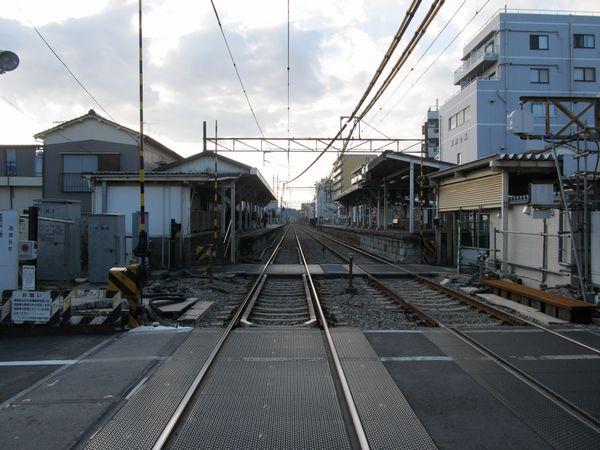東門前駅の小島新田方にある踏切からホームを見る。