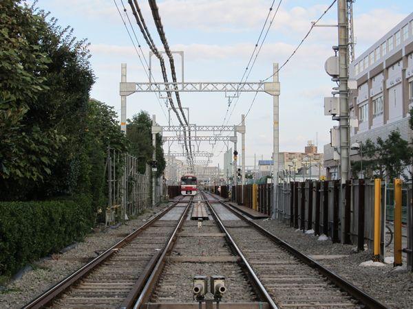 上と同じ踏切から小島新田方を望む。軌道が鋼材を用いた仮設構造となっている