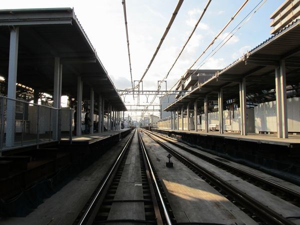 ホーム間を結ぶ構内踏切から産業道路駅構内を見る。