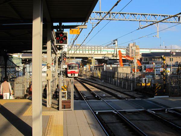 下り線ホームから小島新田方を見る。産業道路の踏切は暫定的に単線となっている。