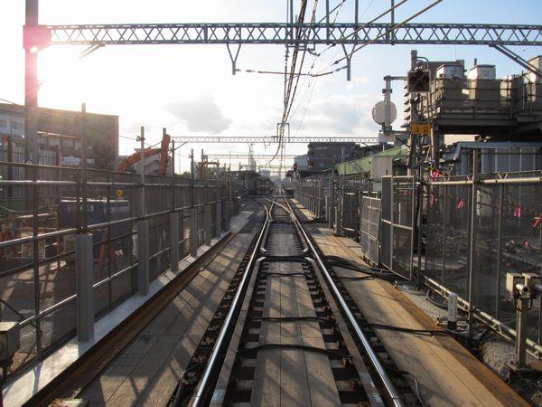 産業道路の踏切から駅構内を見る。線路の周囲は作業スペース。