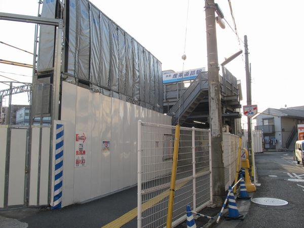 産業道路に面して設置されている産業道路駅の駅舎。屋上に信号機器箱が設置されている。