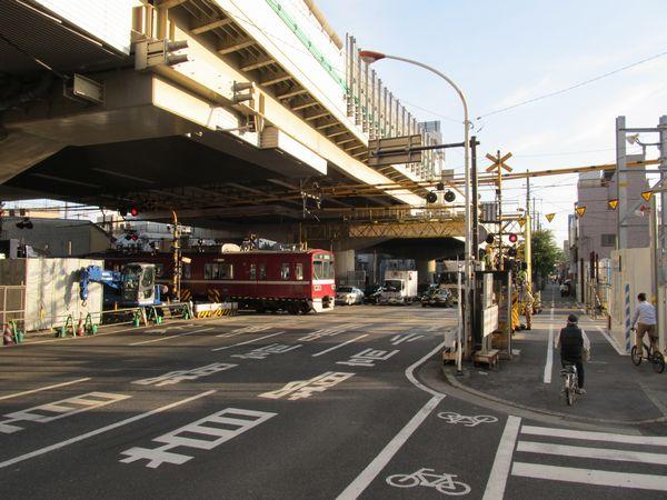 産業道路の踏切。頭上を通るのは首都高速1号横羽線。