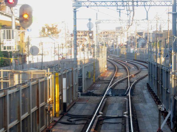 カーブを過ぎると線路は再び複線になる。下り列車の前面展望。
