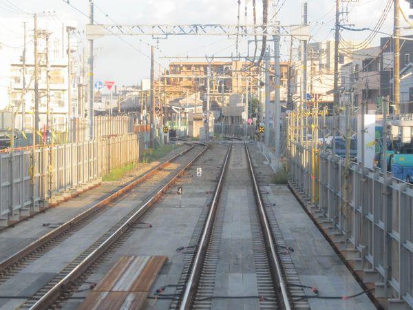 複線に戻って間もなく工事区間は終了となり、通常のバラスト軌道に戻る。