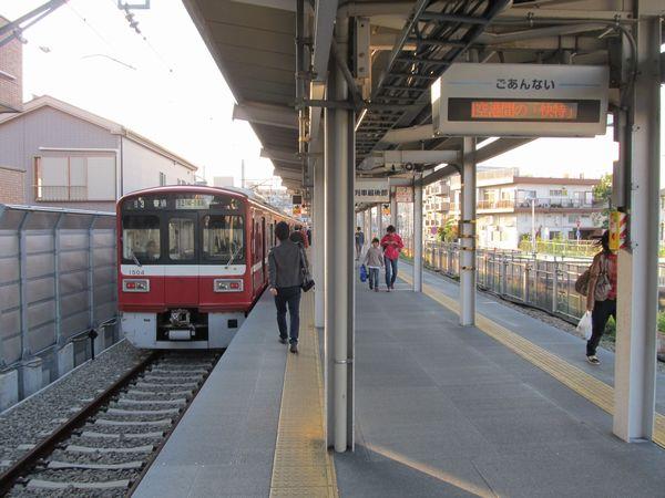 島式ホーム化された小島新田駅。ホームの構造物はすべて仮設。
