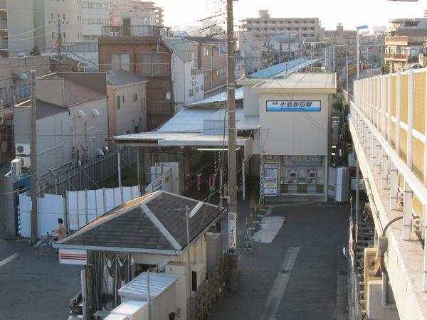駅舎が京急川崎方に移転した小島新田駅。