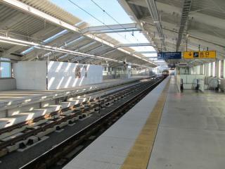 雑色駅の高架ホーム左が10月より使用を開始する新下り線ホーム。