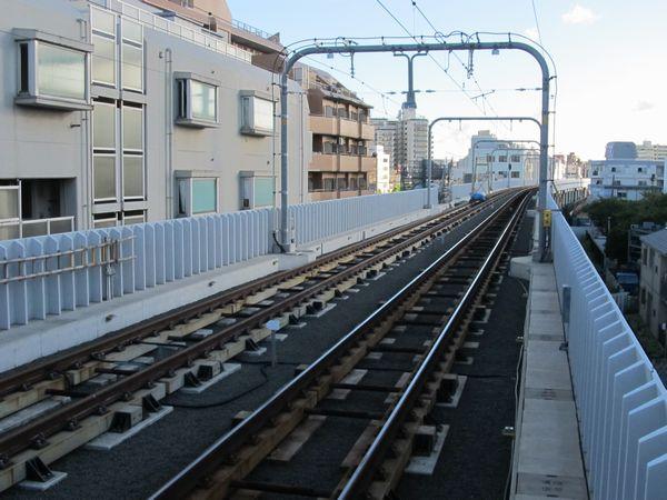 雑色駅のホーム端から横浜方面を見る。左が下り線で、架線・信号機の設置も完了している。