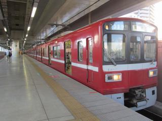 12両編成の列車はホーム品川方の端に詰めて停車するため、最前部は階段からかなり距離がある。