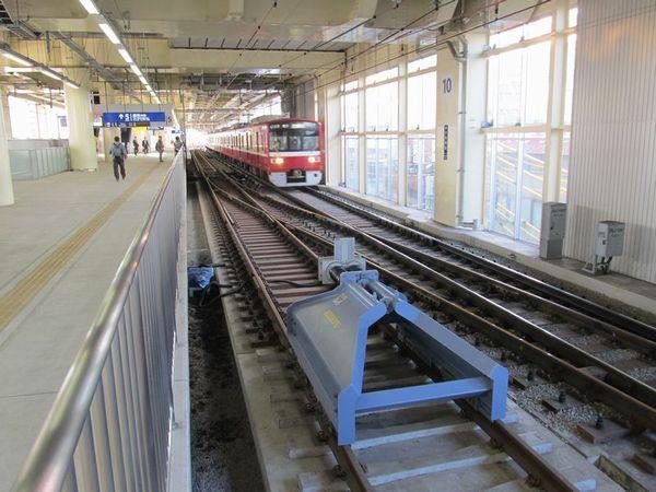 上り線ホーム横浜寄りの切り欠きホーム5番線。6番線側の突き当たりは安全側線であるため、緩衝器がある。