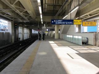 5番線ホーム上から4・6番線方向を見る。線路と反対側の端にはエスカレータなどが並ぶ。