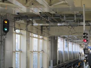 5番線の先端は5番線用の第一出発信号機と6番線用の第二場内信号機が並ぶ。