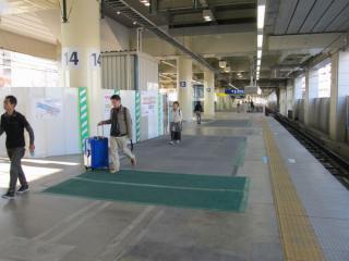 6番線横浜寄りの端にあった仮設階段は一夜にして姿を消し、板で塞がれた。