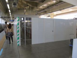 4・6番線ホーム中央の仮設階段も柵で囲われ、使用停止となった。