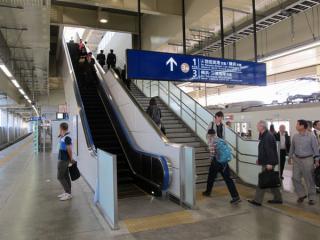 使用を開始した3階下り線ホームに向かう階段とエスカレータ。