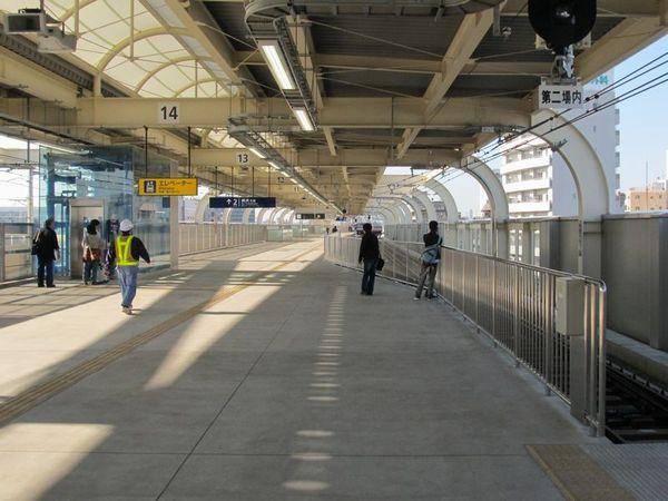 下り線ホーム横浜寄りに切り欠きホーム2番線。