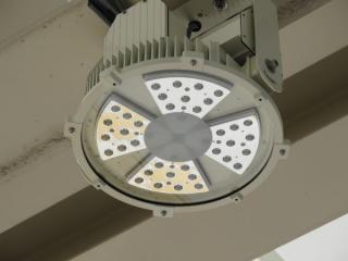 ホーム中央の天井に設置されているLED照明。