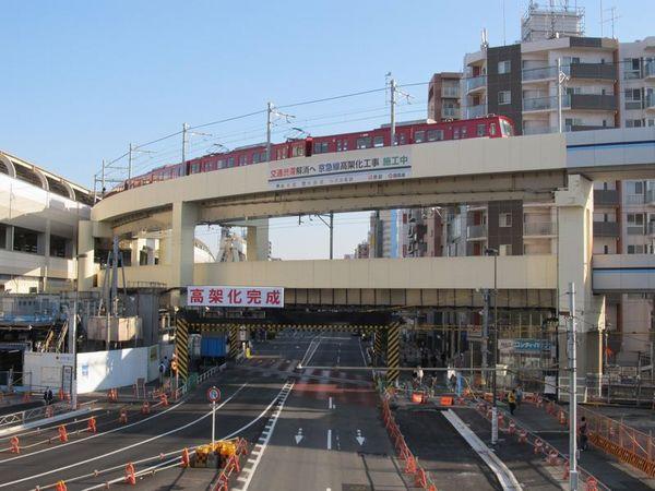 渋滞が消えた空港線と第一京浜が交差する踏切。