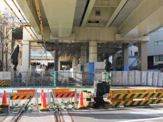 品川方にある多摩堤通りの踏切。線路側に柵が設置された。