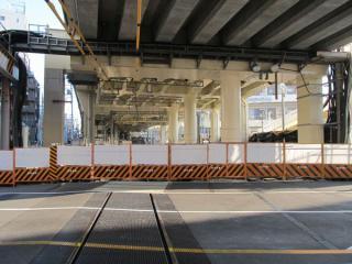 横浜方の踏切。同じく線路側に柵が設置された。