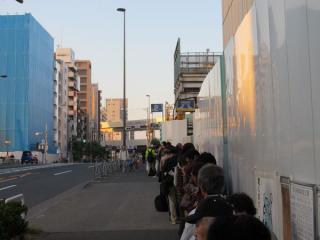 駅前にできた記念乗車券購入待ちの列
