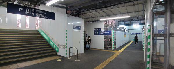 地上改札内通路の1番線・2番線分岐地点。右奥へ進むと下り1番線へ向かうエレベータ・エスカレータがある。
