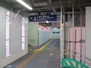 左の階段を上がると奥に1番線へ向かう階段がある。