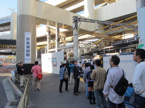 第一京浜側の駅出入口。頭上には2段重ねとなっている空港線の高架橋が横断する。
