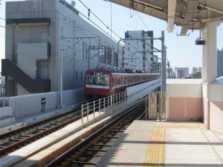 下り線は梅屋敷駅を出ると京急蒲田駅3回へ向けて急勾配で上昇する。