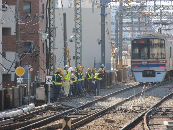 下り線高架化初日(10月21)朝の平和島~大森町間の切替地点。作業員が集結し軌道の調整作業が続いていた。