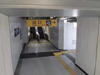 エスカレータ・階段は中2階までしか完成していない。