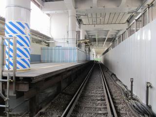 駅の外から閉鎖された下り線を見る。ホーム上に通路が設置されているのがわかる。