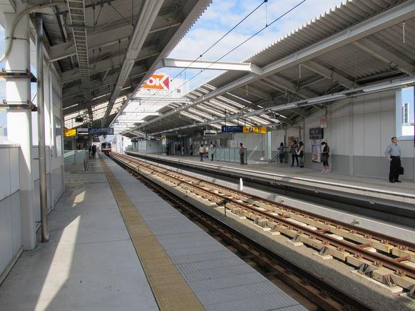 雑色駅高架ホーム。奥が下り線ホーム(1番線)。