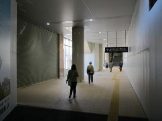 上り線ホーム直下の改札内通路。将来はこの付近に改札口が移転するようだ。